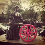 Molly Malone knitted a pink cover for one of her barrow's wheels overnight(Photo: via twitter @loureports)