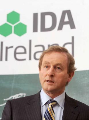Taoiseach Enda Kenny, flanked by the IDA Logo