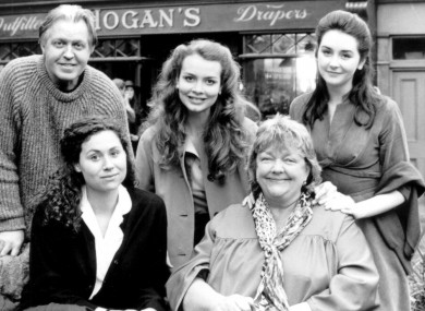 Maeve Binchy on the set of the film adaptation of her book, Circle of Friends. Pictured with her are Pat O'Connor, Saffron Burrows and Geraldine O'Rawe (l-r, back row) and Minnie Driver.