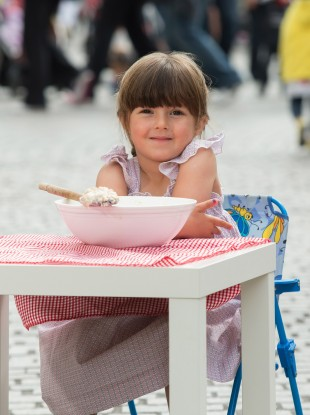 Daisy Dubois (4) enjoying a taste of porridge ahead of the official world record attempt to make the largest bowl of porridge