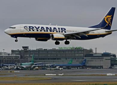 A Ryanair plane landing at Du