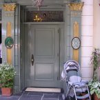 The private door to gain entrance on 33 Royal Street is relatively inconspicuous. (Wikimedia Commons)
