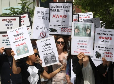 Human right activists march toward the Laotian Embassy in Seoul earlier this week, demanding that Laos guarantee the safety of the nine North Korean asylum seekers.