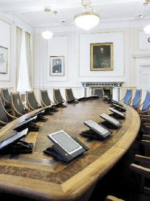 Could non-members of the Oireachtas sit at the Cabient table?