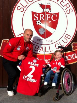 Alan Keane with four-year-old Sligo Rovers supporter Leah Duggan.