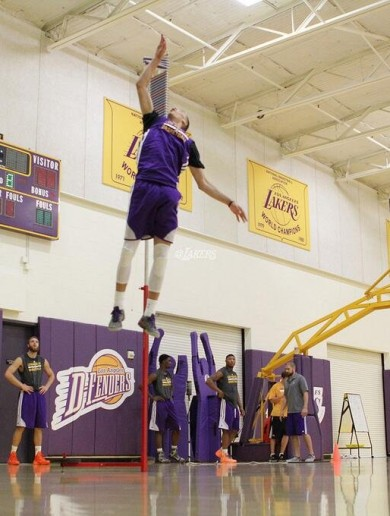 NBA draft prospect jumps freakishly high at Lakers workout