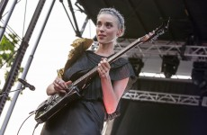 Football lessons with musicians – St. Vincent teaches you the rainbow kick