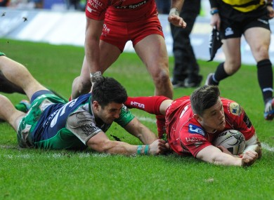 Steffan Evans touches down for Scarlets.