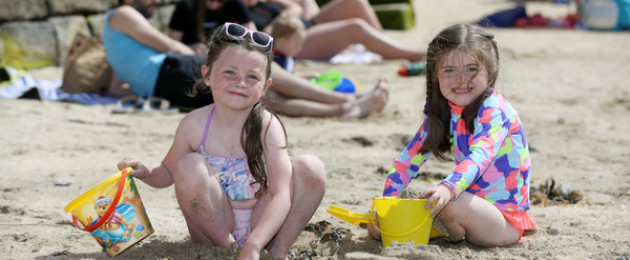 Scottlynn Hallion from Rathmines and Juliet Smith from Killiney in Sandycove this afternoon in the hot weather