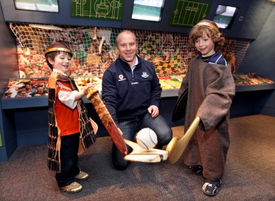 Dublin's Shane Ryan at the GAA Museum with two students.