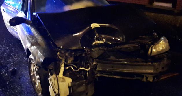 Drink driver arrested after car crashed into traffic lights