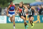 Sarah Rowe in action for the Collingwood Magpies against the Western Bulldogs.