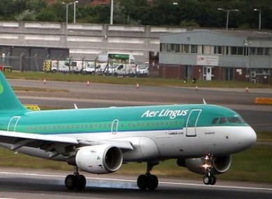 An Aer Lingus plane lands in Heathrow.