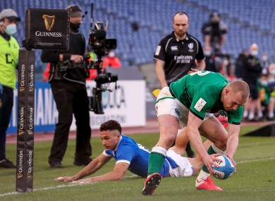 Keith Earls scores Ireland's final try.